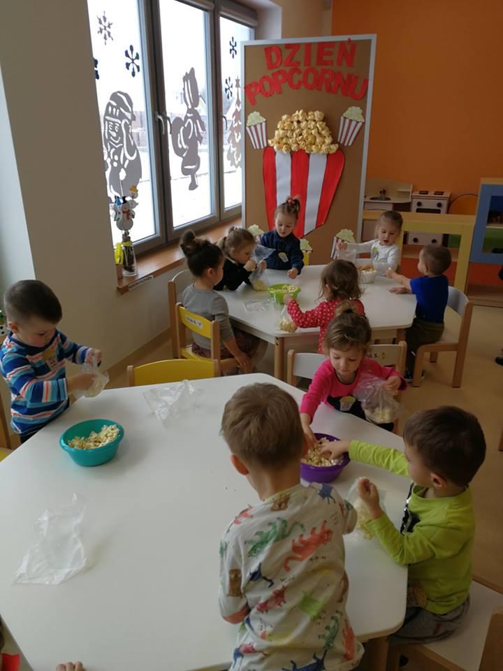 Dzień Popcornu w Kolorowym Przedszkolu i Żłobku
